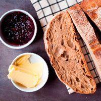Pan con mermelada y mantequilla
